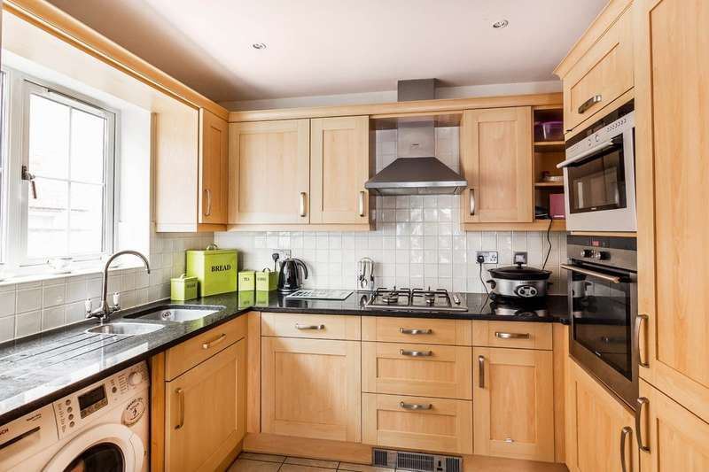 2 Bedrooms Ground Flat for sale in Bluehouse Lane, Oxted