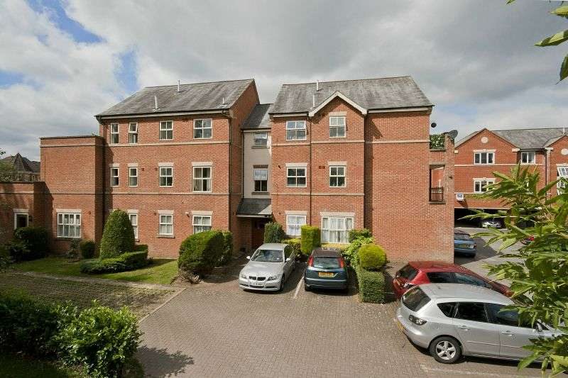 2 Bedrooms Flat for sale in Ebury Court, Bury Lane, Rickmansworth, Hertfordshire WD3