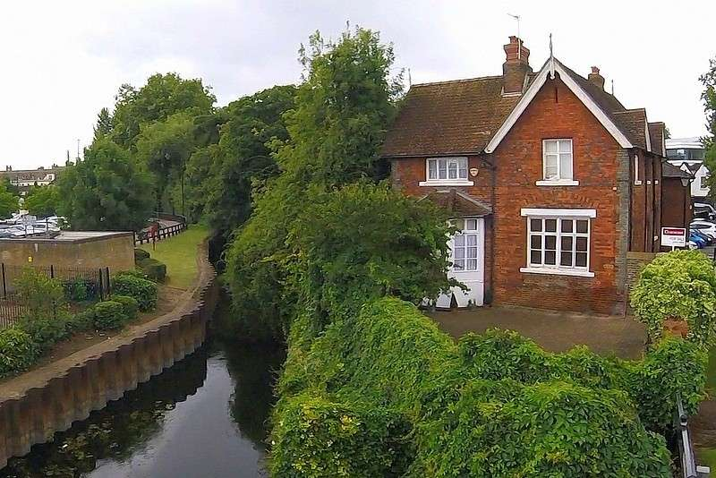 3 Bedrooms Semi Detached House for sale in Staines