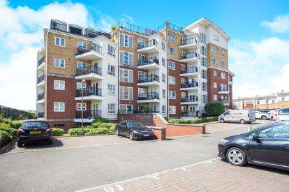 2 Bedrooms Flat for sale in Omega Court, The Gateway, Watford, Hertfordshire