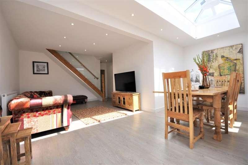 3 Bedrooms Semi Detached Bungalow for sale in Rydal Avenue, Freckleton, Preston, Lancashire, PR4 1DJ