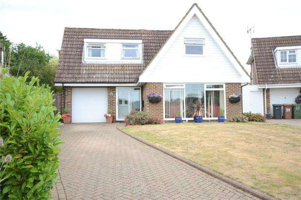 3 Bedrooms Detached House for sale in Old Cross Tree Way, Ash Green, Surrey