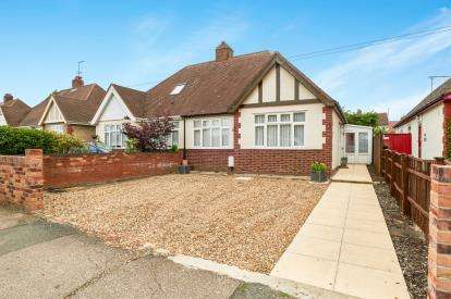 3 Bedrooms Bungalow for sale in Chantry Avenue, Kempston, Bedford, Bedfordshire