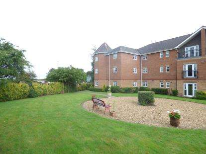 2 Bedrooms Flat for sale in The Beeches, Hampton Court Way, Widnes, Cheshire, WA8