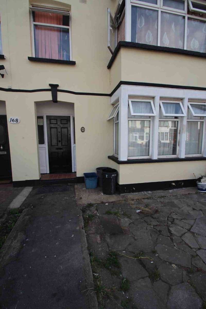 2 Bedrooms Flat for sale in Chester Road, Ilford, IG3