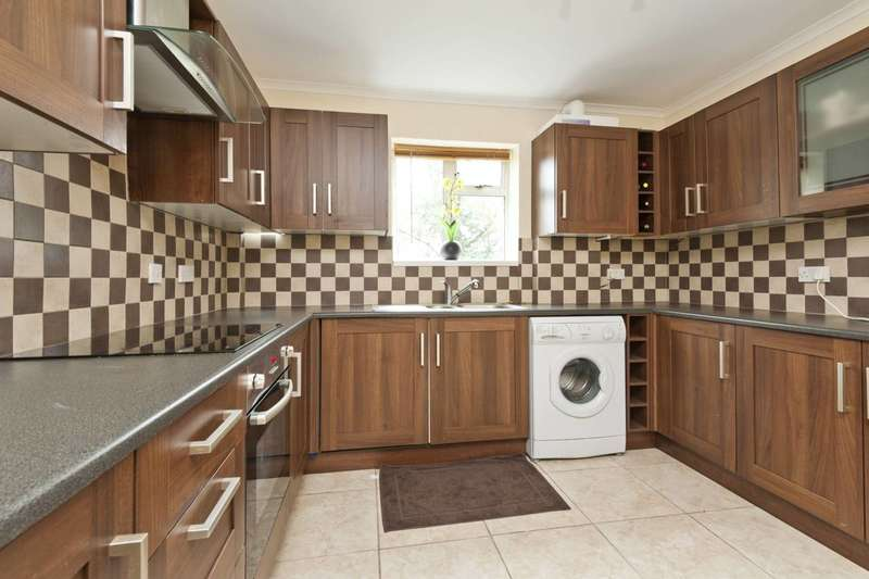 3 Bedrooms Flat for sale in Southcote Rise, Ruislip, HA4