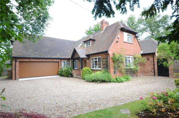 4 Bedrooms Detached House for sale in School Road, Hurst, Reading