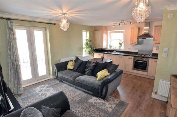 2 Bedrooms Maisonette Flat for sale in Laurel Court, 2 Chadwick Gardens, Uxbridge