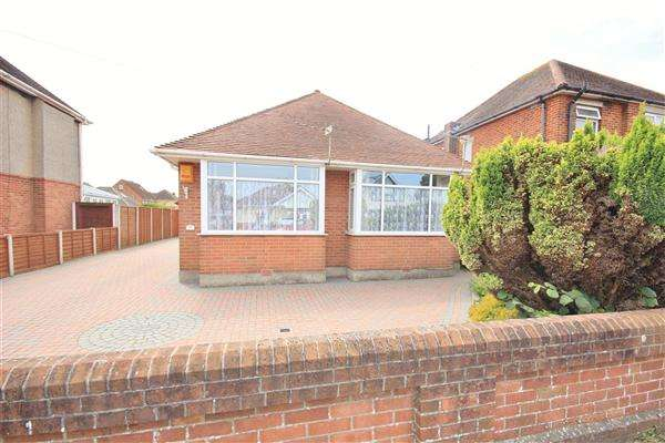 3 Bedrooms Bungalow for sale in Cynthia Road, Poole