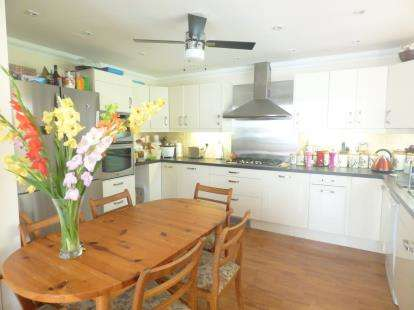 4 Bedrooms Bungalow for sale in Waterlooville, Hampshire