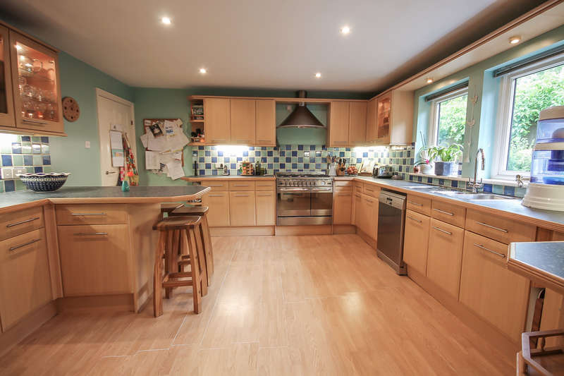4 Bedrooms Detached House for sale in Laurel Dene, East Grinstead