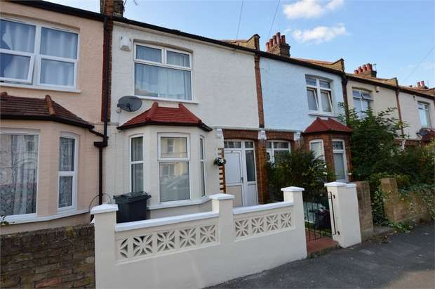 3 Bedrooms Terraced House for sale in Macclesfield Road, London