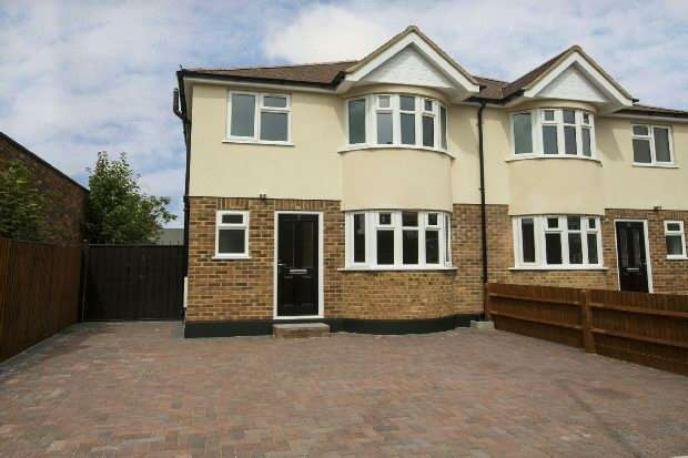 3 Bedrooms Semi Detached House for rent in Cressingham Road, Reading, RG2 7JE