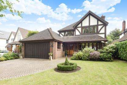 4 Bedrooms Detached House for sale in The Glen, Farnborough Park