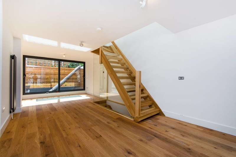 2 Bedrooms Semi Detached House for sale in Lower Addiscombe Road, Croydon, CR0