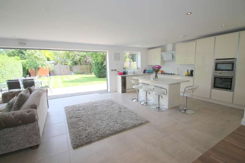 3 Bedrooms Detached Bungalow for sale in Scotts Avenue, Sunbury-on-Thames, TW16