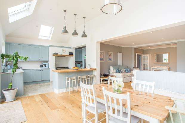 3 Bedrooms Bungalow for sale in Thames Ditton, Surrey, .