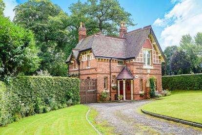 3 Bedrooms Detached House for sale in Bristol Road South, Rednal, Birmingham, West Midlands