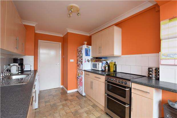 2 Bedrooms Flat for sale in Radcliffe Gardens, CARSHALTON, Surrey, SM5 4PG
