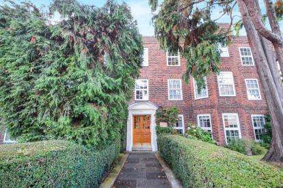 3 Bedrooms Flat for sale in Bramford Court, High Street, London, .