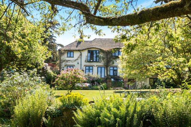 4 Bedrooms Detached House for sale in Haslemere, Surrey, Swan Barn Road
