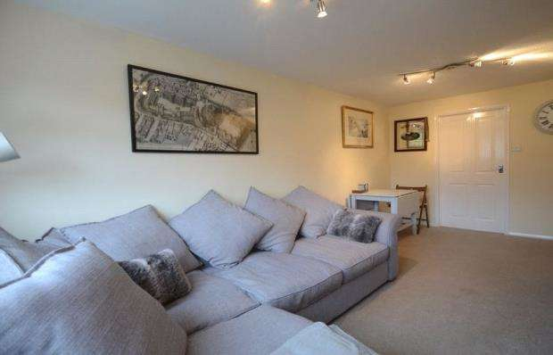2 Bedrooms Maisonette Flat for sale in Oak Lane, Windsor, Berkshire