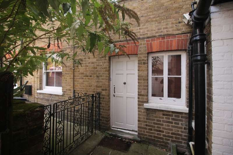 3 Bedrooms Flat for rent in Villiers Road, Watford, WD19