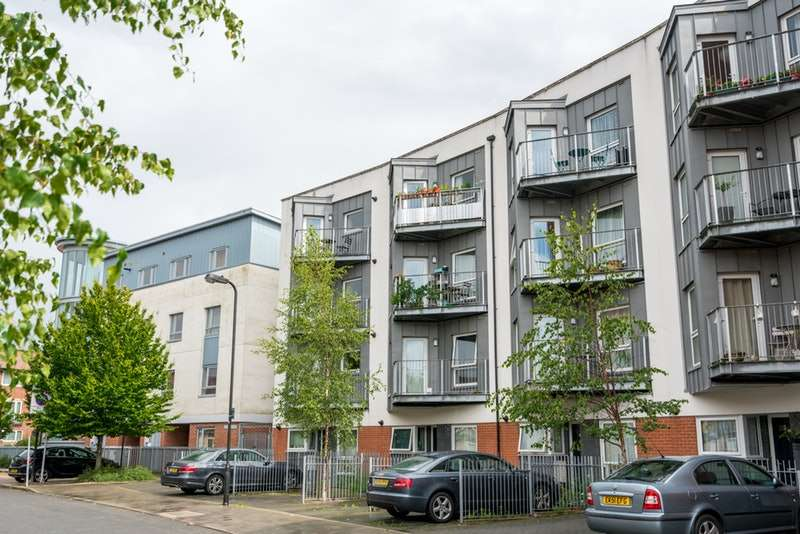 2 Bedrooms Flat for sale in Drinkwater Road, Harrow, Middlesex, HA2