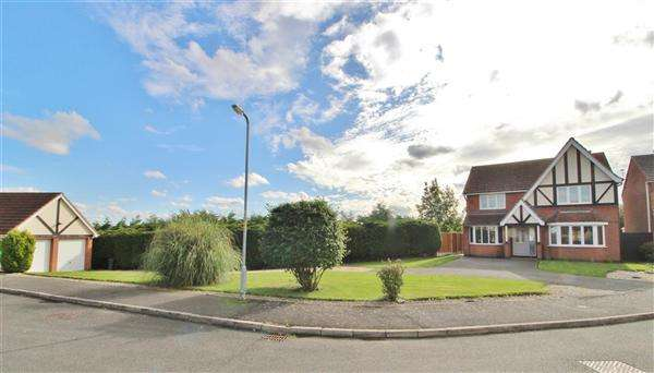 4 Bedrooms Detached House for sale in Cambrian Close, Grantham