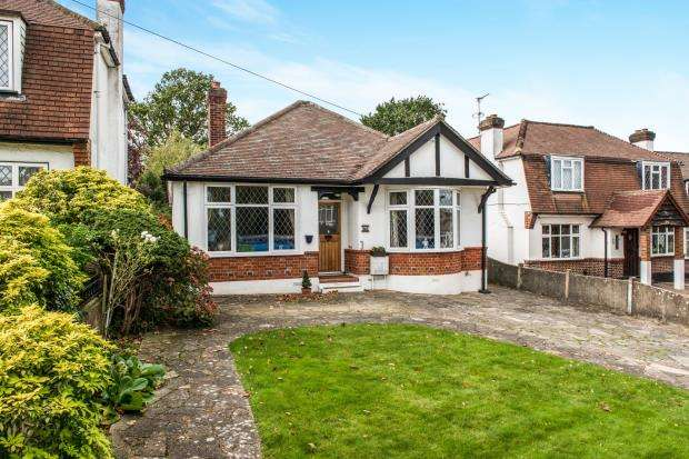 2 Bedrooms Bungalow for sale in Worcester Park, Surrey, .