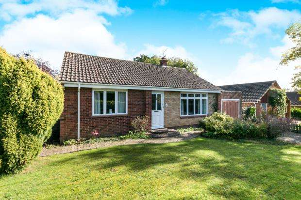 2 Bedrooms Bungalow for sale in Tadley, Hampshire, England