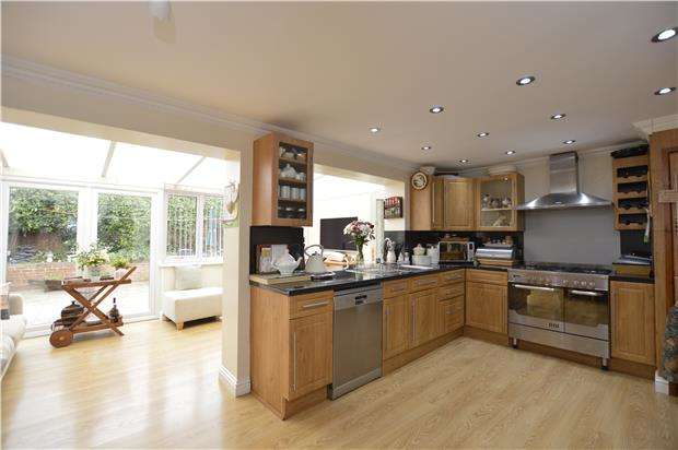 5 Bedrooms Detached House for sale in Church Road, BS36 2NJ