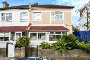 3 Bedrooms Semi Detached House for sale in Woodside Road, London