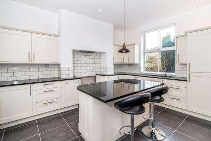4 Bedrooms Terraced House for sale in Heath View, Hale, Greater Manchester
