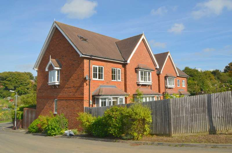 3 Bedrooms Town House for sale in Cameron Road, Chesham HP5