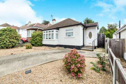 2 Bedrooms Bungalow for sale in Collier Row, Romford, Havering