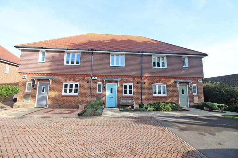 2 Bedrooms Terraced House for sale in Southernhay Court, Milford On Sea, Lymington
