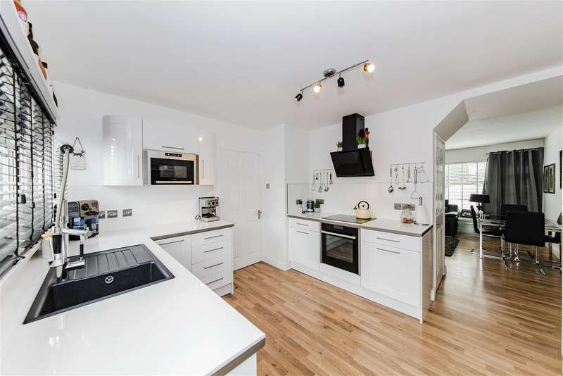 3 Bedrooms Semi Detached House for sale in Meadowside, Angmering, West Sussex, BN16 4BN