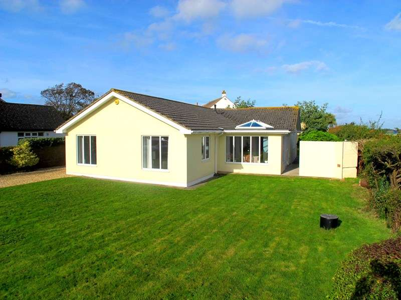 3 Bedrooms Detached Bungalow for sale in Crofton Avenue, Hill Head