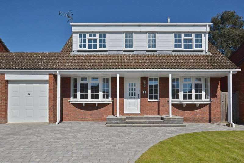 4 Bedrooms Detached House for sale in Gainsborough Place, Aylesbury, Buckinghamshire, HP19