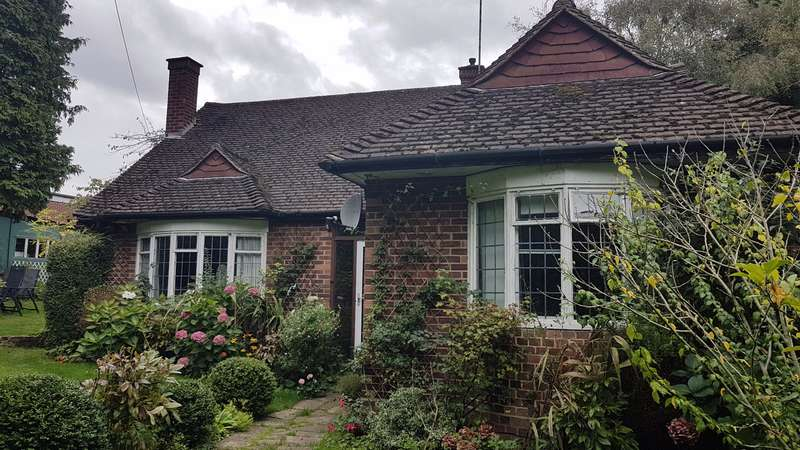 2 Bedrooms Bungalow for sale in Trumpsgreen Road, Virginia Water