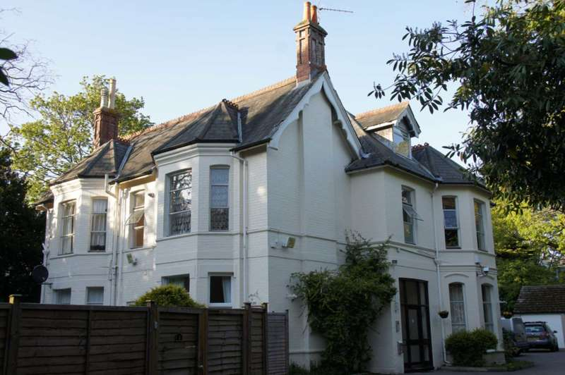 Flat for rent in Dean Park, Bournemouth