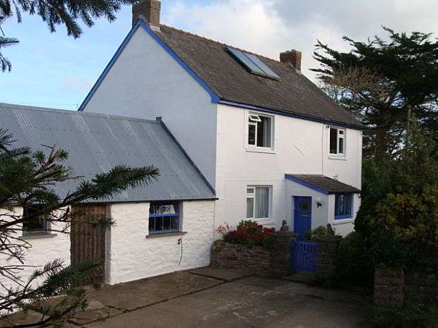4 Bedrooms Detached House for sale in Rhosfach, Moylegrove, Pembrokeshire, SA43 3BP
