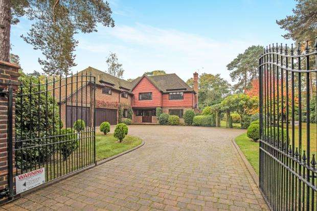 5 Bedrooms Detached House for sale in Pyrford, Surrey