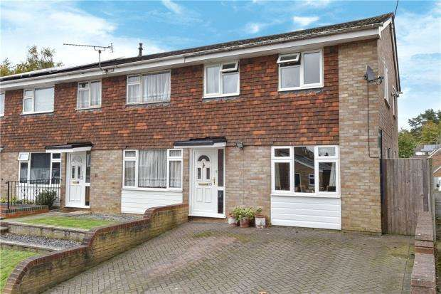 3 Bedrooms End Of Terrace House for sale in Allendale Close, Little Sandhurst, Berkshire