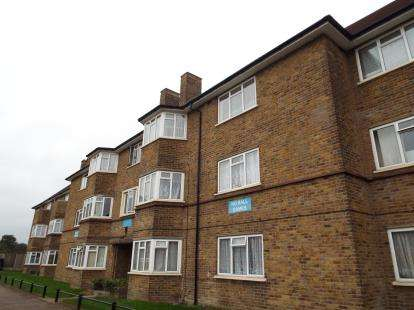 2 Bedrooms Flat for sale in Park Road, Enfield, Middlesex