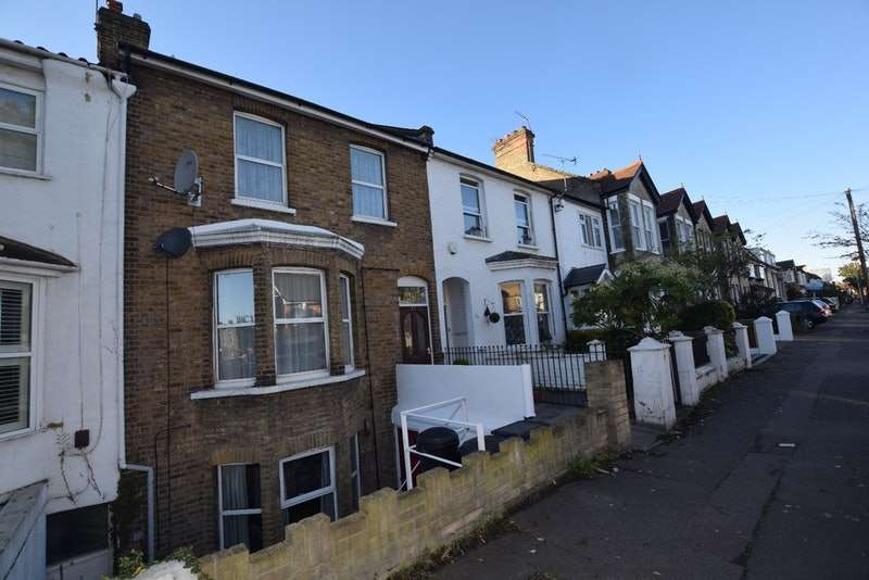 1 Bedroom Flat for sale in Carnarvon Road, London, London, E18