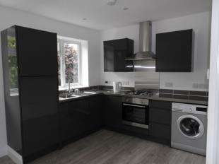 2 Bedrooms Maisonette Flat for sale in Central Parade, New Addington, South Croydon