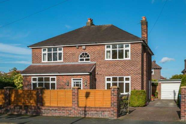 4 Bedrooms Detached House for sale in Chiltern Drive, Hale, Altrincham WA15 9PL
