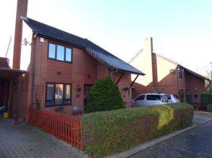 3 Bedrooms Detached House for sale in Beacon Court, Furzton, Milton Keynes, Buckinghamshire